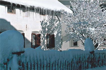 Ld 79 «Eiszapfenschmuck an Engadinerhaus»